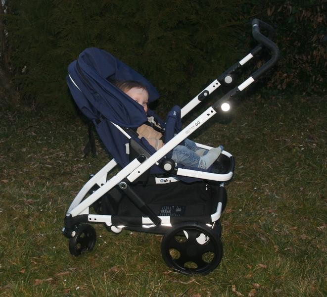 Kinderwagen mit 11 Monate altem Kind in der Sitzeinheit