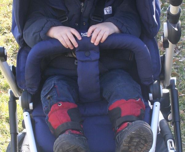 Anschnallen und Sichern im Kinderwagen